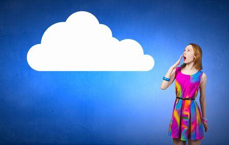 femme romantique: Jeune femme romantique surprise en robe multicolore Banque d'images
