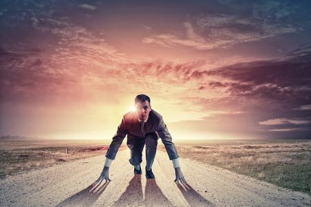 competencia: Empresario determinado joven de pie en posici�n de inicio