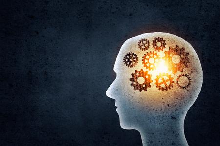 Schattenbild des menschlichen Kopfes mit Getriebe-Mechanismus statt Gehirn Standard-Bild
