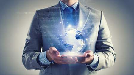 wereldbol: Close-up van zakenman die de digitale wereld in de palm