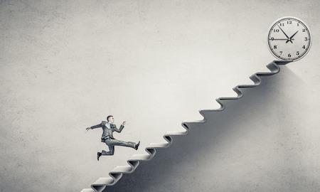 persona saltando: Joven empresario corriendo en la escalera que representa el concepto de éxito