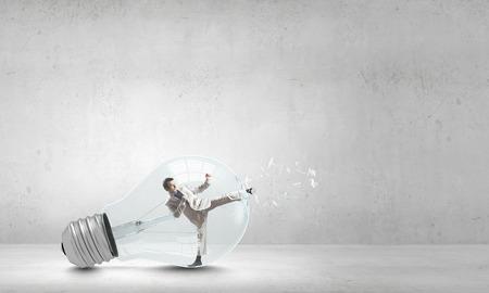 hombre de negocios: Hombre de negocios dentro de la bombilla de frenado a salir
