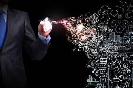 estrategia: Cierre para arriba del hombre dibujo a mano plan de estrategia de éxito