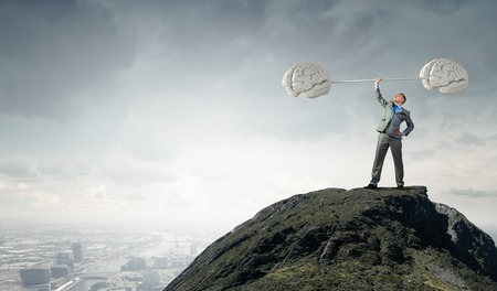 mente: Hombre de negocios confidente de elevación por encima de barra cabeza como símbolo de la gran mente Foto de archivo