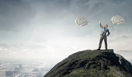 Zuversichtlich Geschäftsmann Anheben über Kopf Hantel als Symbol der großen Geist