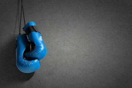 guantes: Guantes de boxeo colgando de las u�as en la pared Foto de archivo