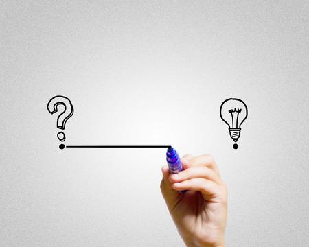 Nahaufnahme von Hand darwing Linie von Fragezeichen Idee