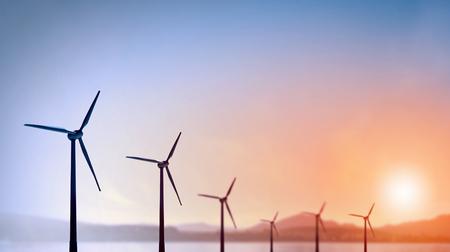 energías renovables: Algunos molinos de viento de pie en el desierto. Potencia y energía concepto