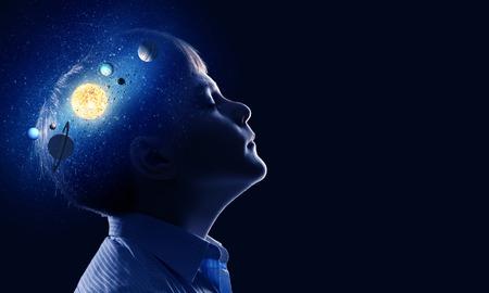 noche y luna: Muchacho lindo de la edad escolar explorar sistema espacial