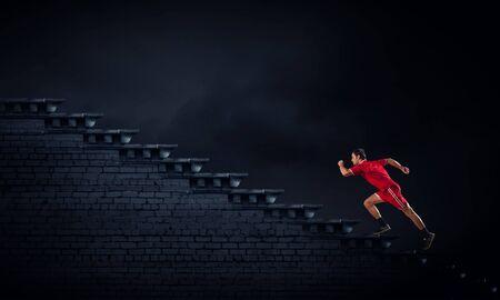 hombre deportista: Hombre del atleta en el deporte roja desgaste corriendo escalera