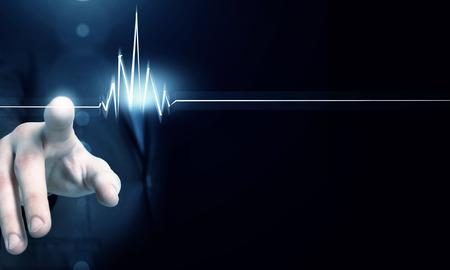emergencia medica: Hombre pulso contacto cardíaco mano en interfaz futurista