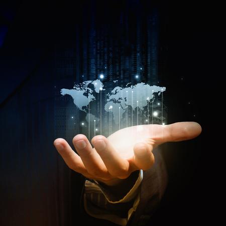 mundo manos: Primer plano de la mano de negocios que muestra el planeta digitales Foto de archivo