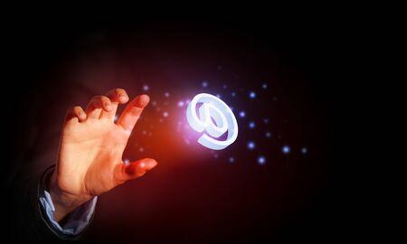 correo electronico: Close up de negocios la celebraci�n de icono de correo electr�nico en la palma de la mano