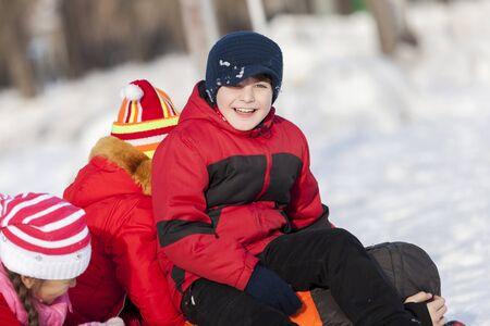 snowballs: I bambini nel parco invernale, divertirsi e palle di neve che giocano