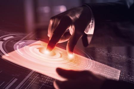 テクノロジー: フィンガー プリント リーダーと近代的な技術のパネルを押すとビジネスマン