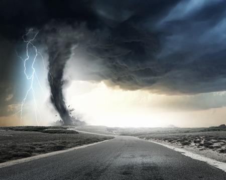 rayo electrico: Embudo del tornado negro y relámpagos en la carretera