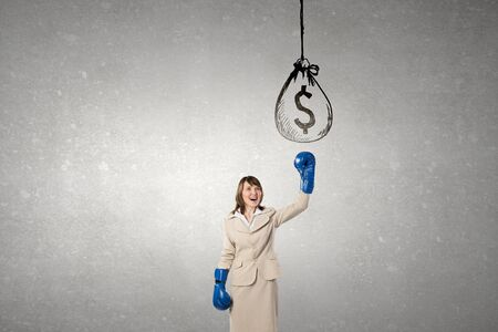 ganancias: Joven empresaria en azul competición listos los guantes de boxeo Foto de archivo