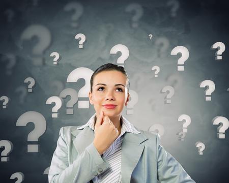 punto di domanda: Piuttosto giovane imprenditrice con il punto interrogativo sopra la testa