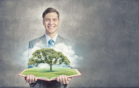 ganancias: Libro abierto Hombre de negocios con el concepto de crecimiento del árbol