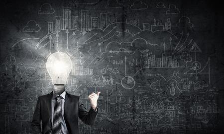 実業家と彼の頭の代わりに電球のアイデア コンセプト