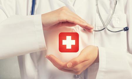 simbolo medicina: Primer plano de las manos del médico con la muestra cruzada medicina