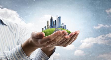 Schließen Sie oben von den Händen Bild der modernen Stadtbild halten Standard-Bild
