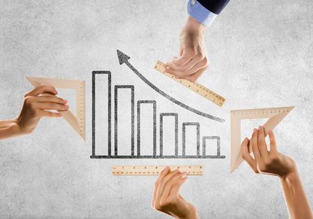成長グラフを定規で測定の手のクローズ アップ