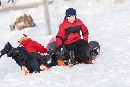 palle di neve: I bambini nel parco invernale, divertirsi e palle di neve che giocano