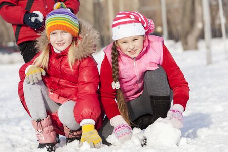 palle di neve: Children in winter park having fun and playing snowballs