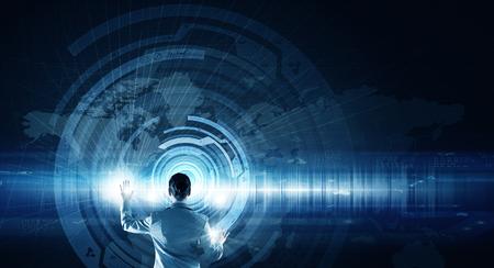 Rückseitige Ansicht der Geschäftsfrau, die mit modernen virtuellen Technologien