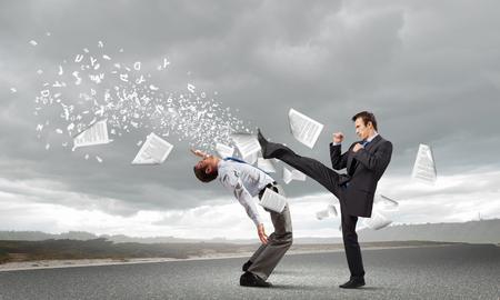 Twee ondernemers in woede vechten met elkaar Stockfoto