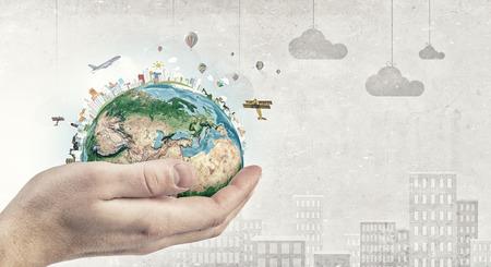 닫기 지구 행성을 들고 인간의 손을 닫습니다. 이 이미지의 요소는 항공 우주국 (NASA)에 의해 제공됩니다 스톡 콘텐츠 - 45509333