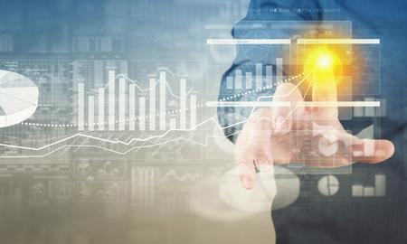 実業家の手のタッチ画面のインターフェイスのビジネス グラフを押す
