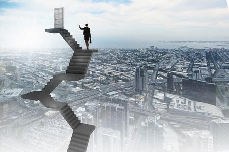 cielos abiertos: Empresaria subir escaleras a puerta en el cielo