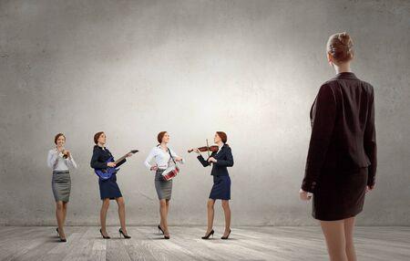 instrumentos de musica: Mujer joven en el juego tocando diferentes instrumentos musicales Foto de archivo
