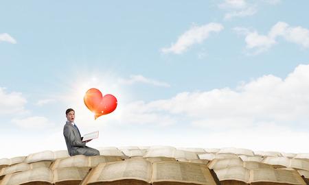 inteligencia emocional: Hombre de negocios emocional joven con el libro abierto en la mano Foto de archivo