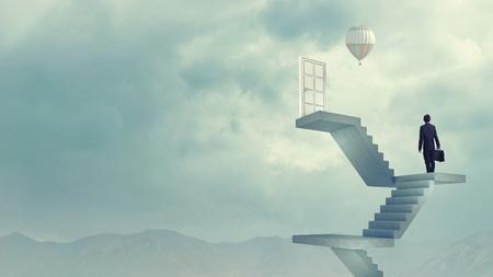 puerta: Empresario subiendo escalera a puerta en el cielo