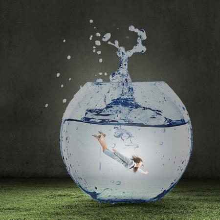 natacion: Empresaria joven en juego de natación en aguas cristalinas