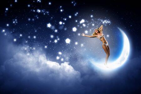 ragazze che ballano: Giovane donna calda in bikini bianco ballare sulla luna