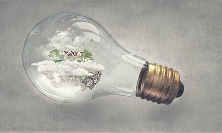 luz natural: Casa y energía Eco de ahorro de concepto en la bombilla de cristal