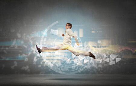persona saltando: Joven empresario en traje corriendo a toda prisa