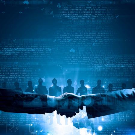 Close up von Business-Handshake auf digitale Hintergrund