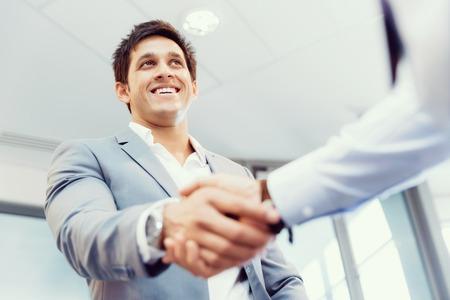 dando la mano: Apretón de manos de empresarios saludándose