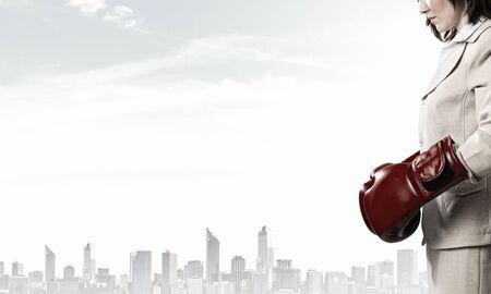 mujer trabajadora: Joven empresaria en rojo la competencia listos los guantes de boxeo
