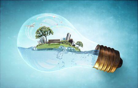 ahorrar agua: Bombilla de cristal con agua y el paisaje urbano en el interior
