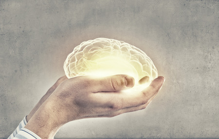 Close-up van de menselijke hand houden van de hersenen