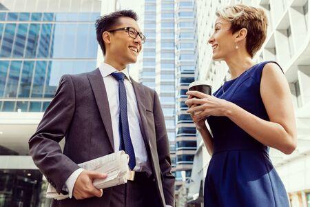 caminando: Gente de negocios tener una charla mientras caminaba en un barrio businesss