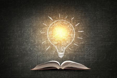 Met zakelijke schetsen op schoolbord achtergrond geopend boek Stockfoto