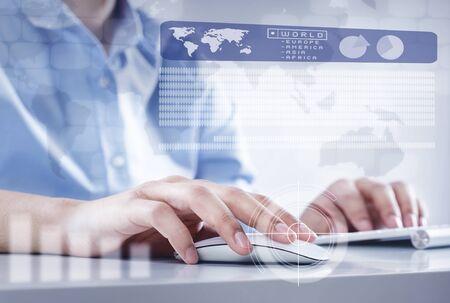 teclado de computadora: Manos del hombre de negocios que trabajan con teclado y rat�n