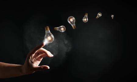 medio ambiente: Mano bombilla tocar con la energía y el medio ambiente concepto dedo Foto de archivo